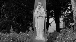 3. Skausmingoji, Nukryžiuotasis. Kryžius-koplytstulpis. Ąžuolas. h 700, skulptūra h 170.