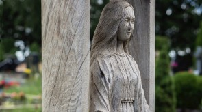 6. Švč. Mergelė Marija. Antkapinis paminklas. Fragmentas.