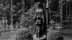 8. Marija su Kūdikiu. Koplytstulpis. Ąžuolas. h 300, skulptūra 170.